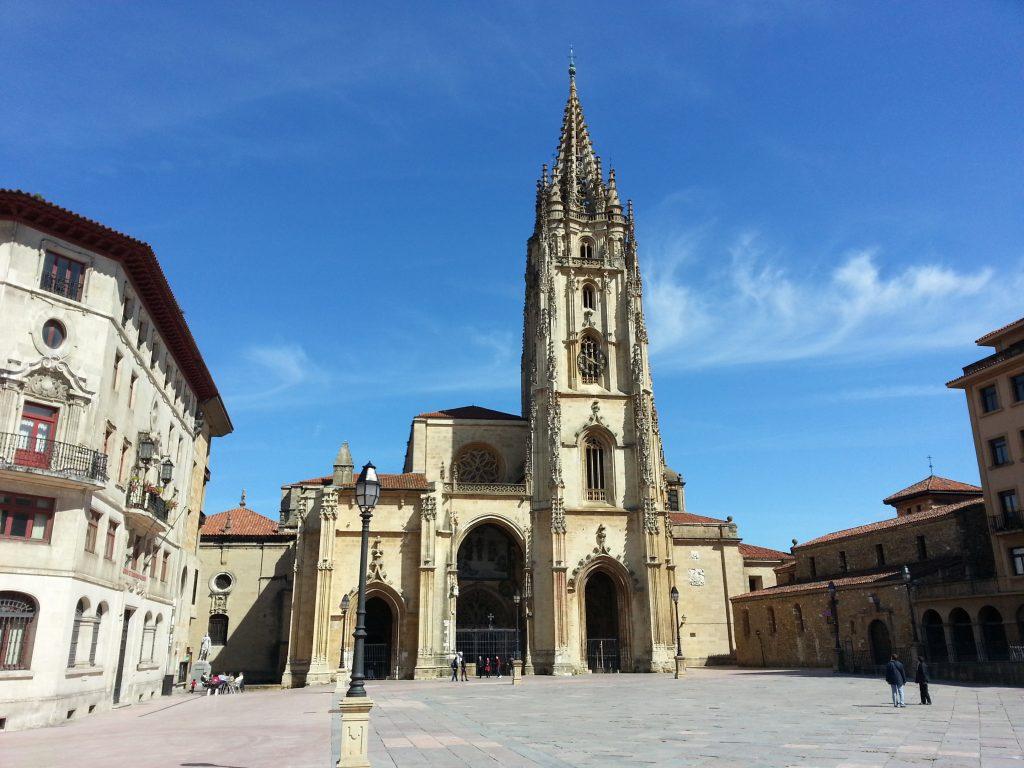 Catedral de Oviedo, Asturias, la ciudad española más limpia y muy feliz