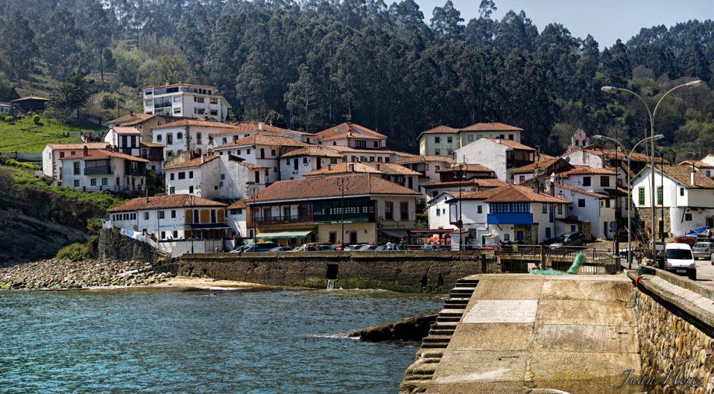 Vista de la villa marinera de Tazones, en Asturias