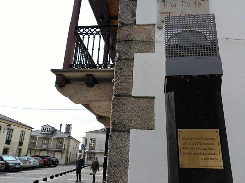 Poema de Iglesia Alvariño dedicado a los peregrinos en Villalba.