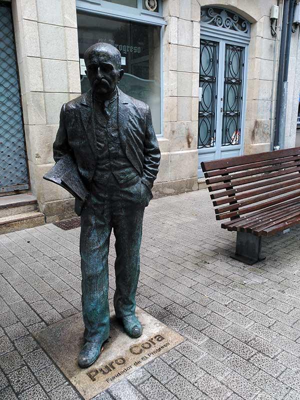 Estatua de Puro Cora en la calle Progreso de Lugo.