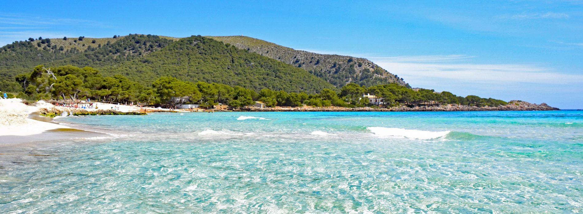 España ondeará este verano 684 banderas azules en playas, puertos y embarcaciones