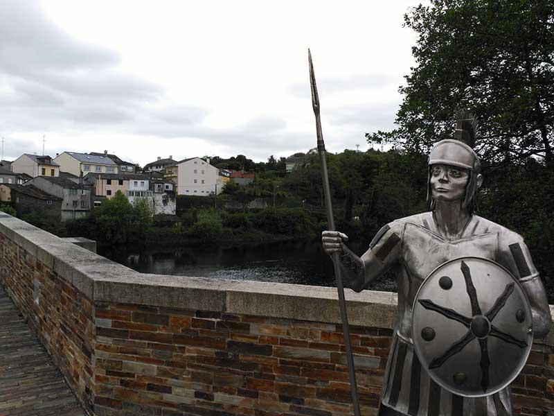 Escultura en el puente romano de Lugo.